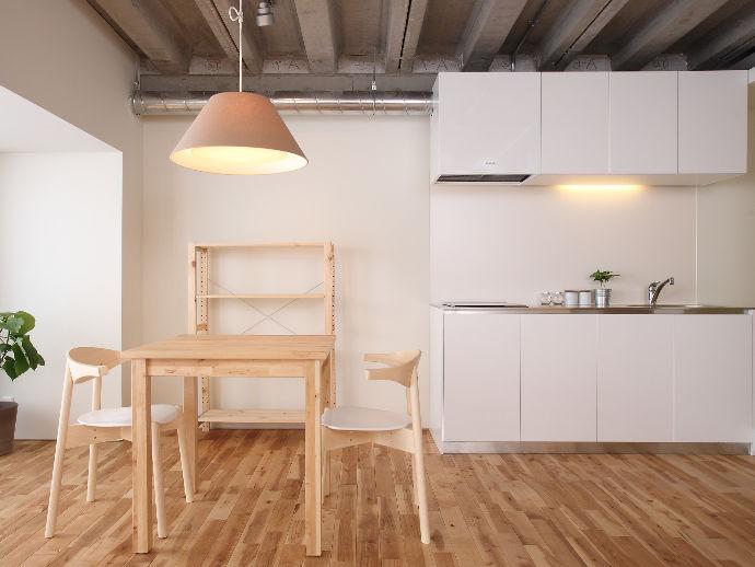 リビングとキッチンが同じ空間にあるので、扉の色をホワイトに変えて明るくさわやかに。