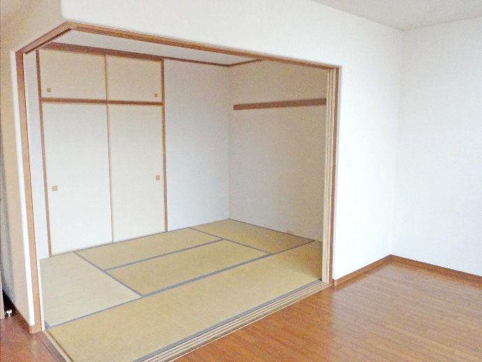 リビングに隣接する和室の壁を取り払い、リビング一体感を持たせた快適空間へ。