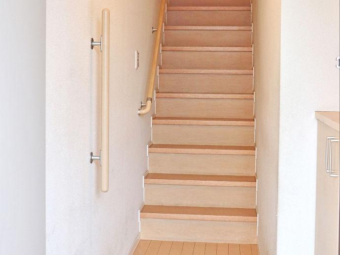 階段に手すりを取り付けるバリアフリー仕様で、ご高齢者の方も住みやすい家に。