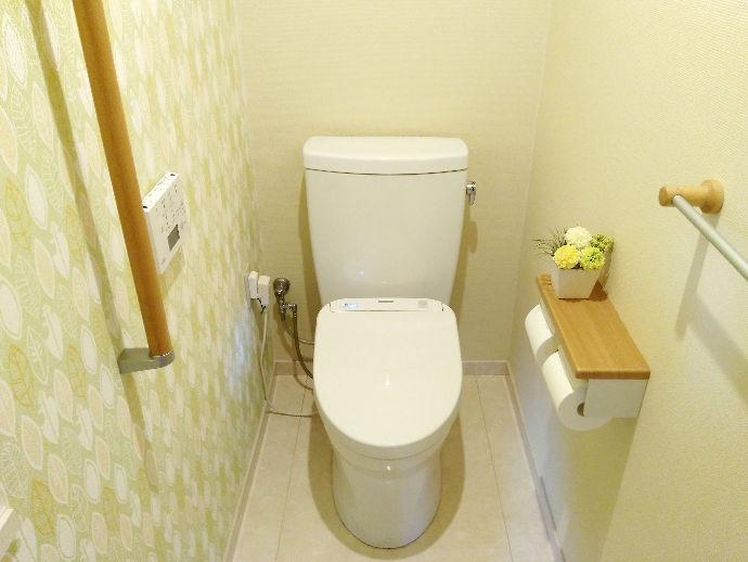 古くなったトイレのリフォームにともない、高齢者の方にも利用しやすい手すり付きに。