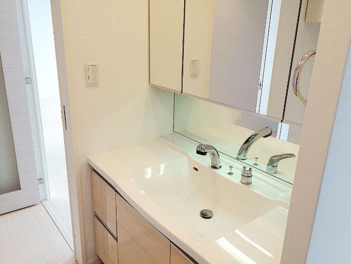 十分なスペースを確保できる洗面台へ新調。脱衣場も以前より広々と使えます。