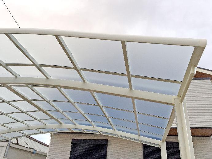 雨が降っても濡れる心配がない屋根付きカーポートを設置。