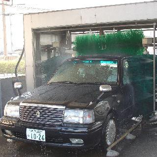 なんと洗車機があります!