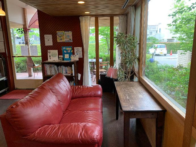 Cafeの赤いソファが大人気♪キッズスペースもございます♪