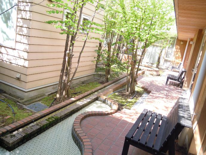緑あふれる中庭は、建物のどこからでも緑が見え、快適で気持ちの良い空間となっております。