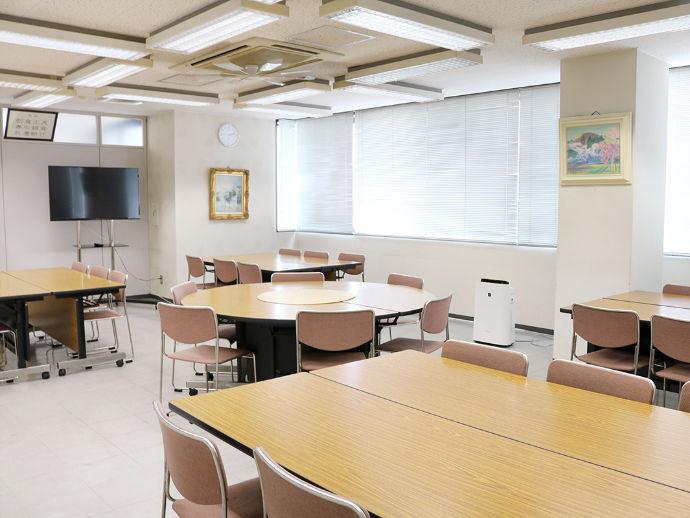 昼休憩や打ち合わせなど多目的に利用。別室に会議室がございます。