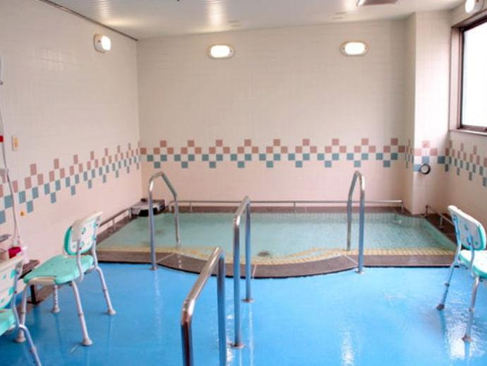 広めの浴場でゆっくり過ごすことができます。スタッフが入浴を介助いたします。