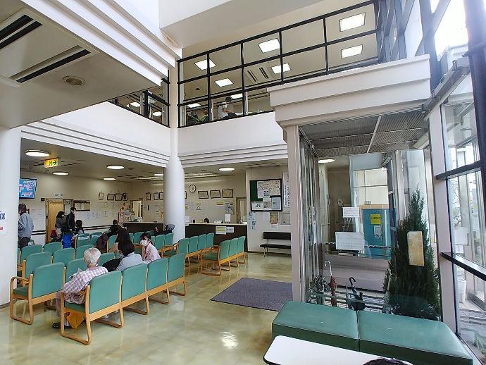 病院受付は大きな窓で自然光の明るさが入ってきます!