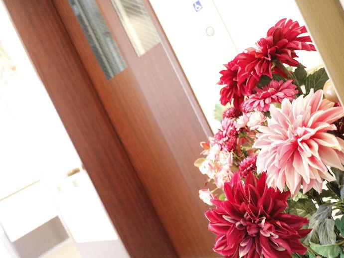 館内には多数の花が飾られ、華やかな雰囲気を演出