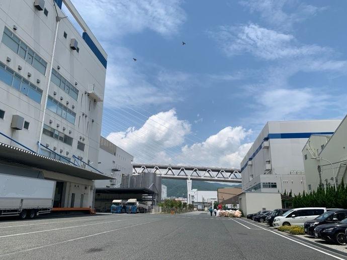 神戸営業所は積み込み場の側にあります。広い敷地ですので運転もしやすいですよ!